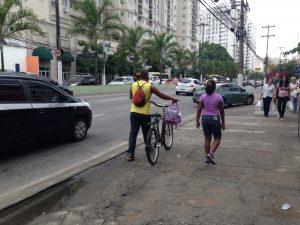 ciclista carregando bike