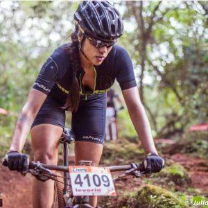 mulher competindo com roupa de ciclismo feminina