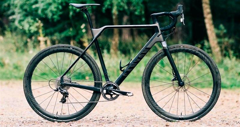 Bicicleta de cyclocross parada em pé em local de terra e arborizado