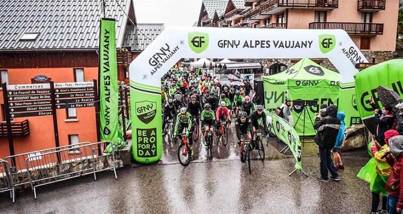 Local de início da corrida Gran Fondo com diversos ciclistas
