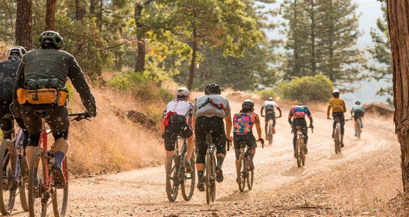 Ciclistas em prova de ciclismo Gravel em local com estrada de terra