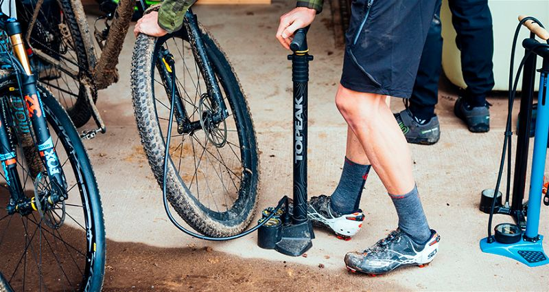 Homem calibrando pneu de bicicleta
