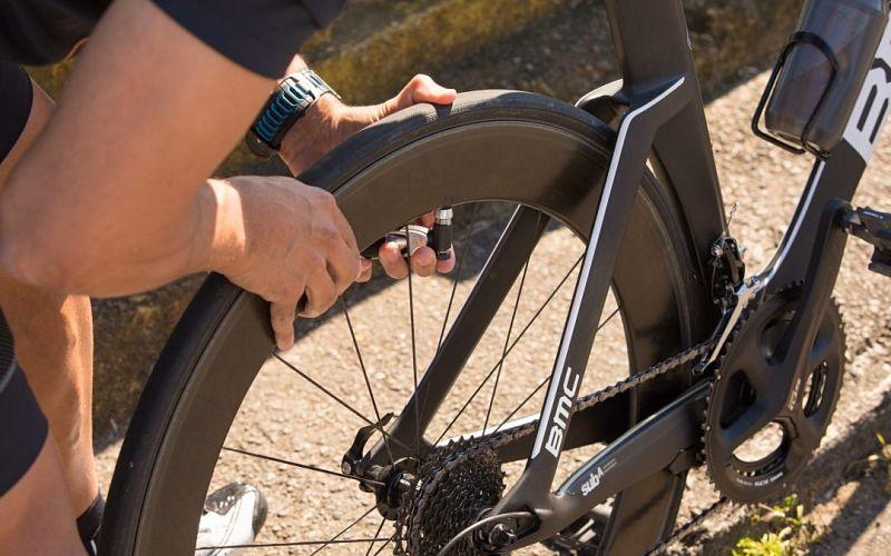 verificando pressão de pneu da bicicleta