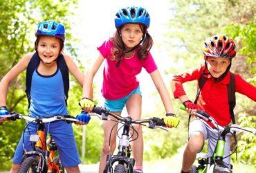 crianças grandes andando de bike