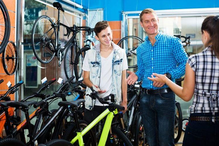 pessoas conversando sobre bikes