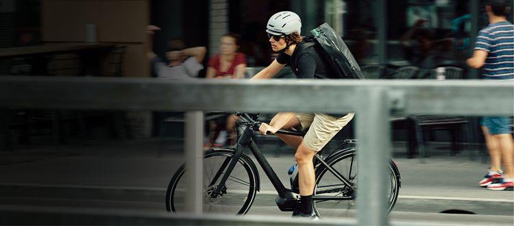 rapaz andando de bike na cidade