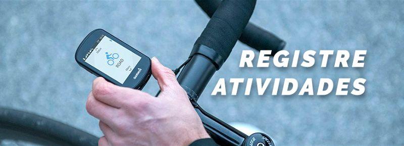 Mão de uma pessoa configurando aplicativo strava em celular preso em guidão de bicicleta