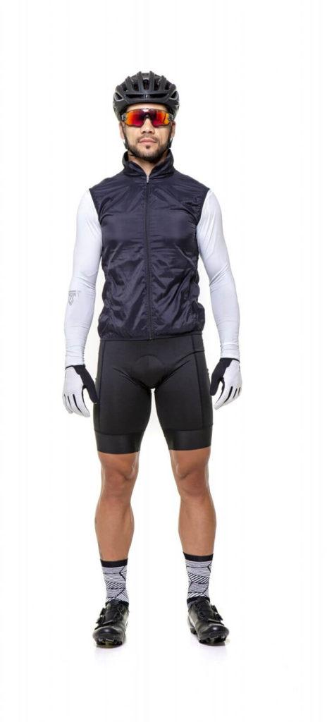 Homem look ciclismo com jaqueta corta vento