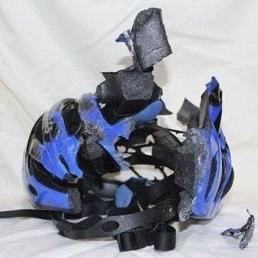 capacete para ciclismo destruído