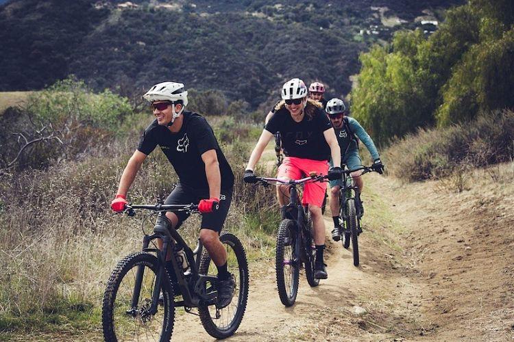 ciclistas com capacete para mountain bike