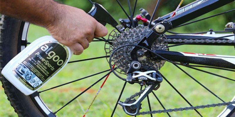 lubrificando corrente de bike