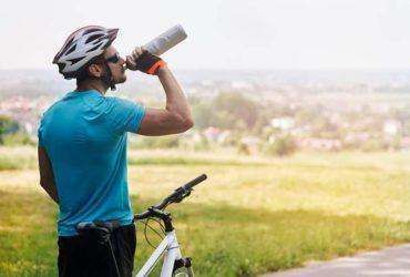 ciclista bebendo isotônico