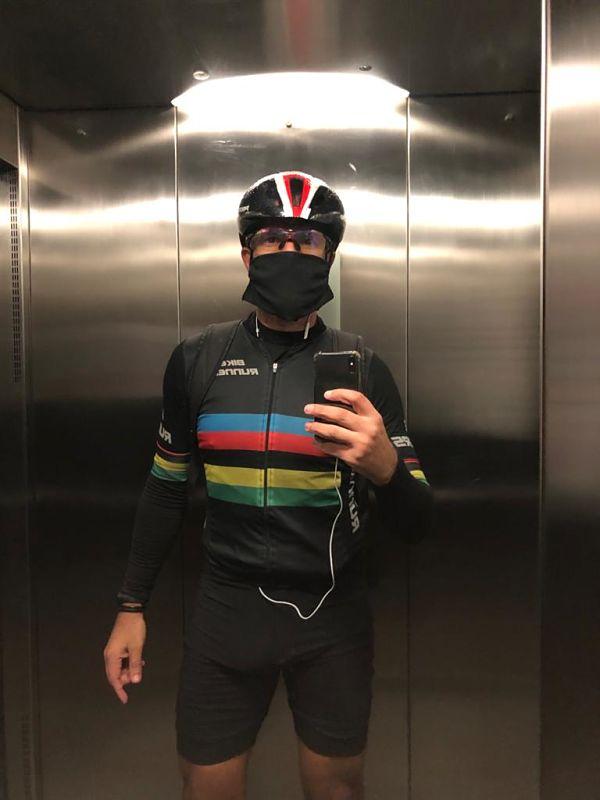 ciclista com roupa de ciclismo e mascara