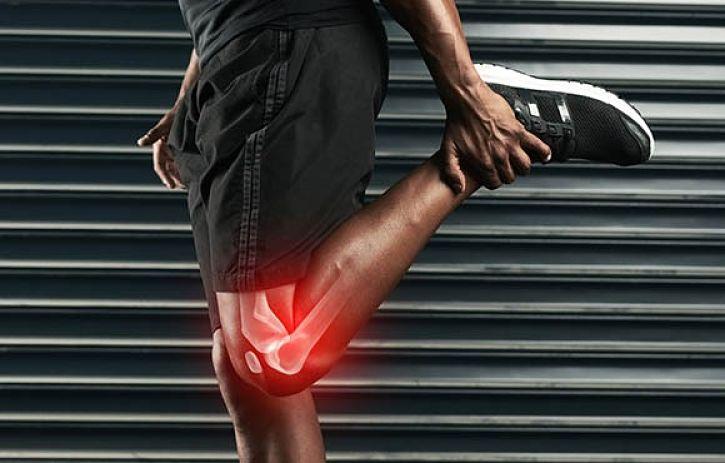 homem alongando com lesão no joelho