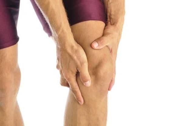 homem segurando joelho