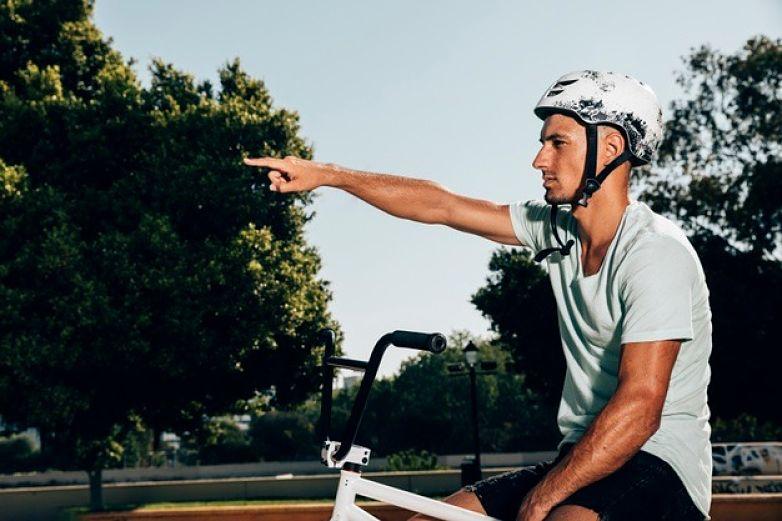 ciclista apontando