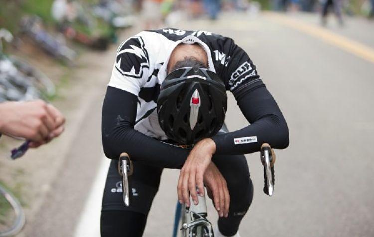 ciclista exausto maratona