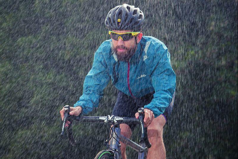 ciclista pedalando na chuva