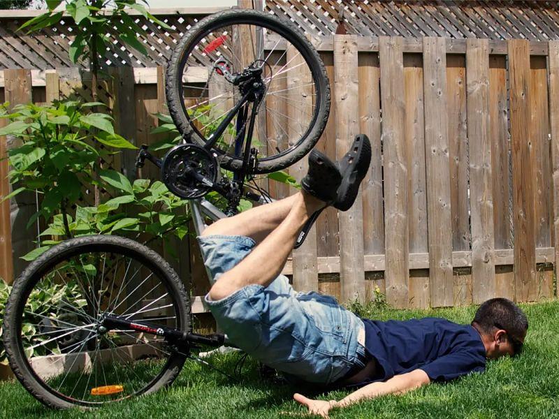 ciclista tombando com a cara no chão