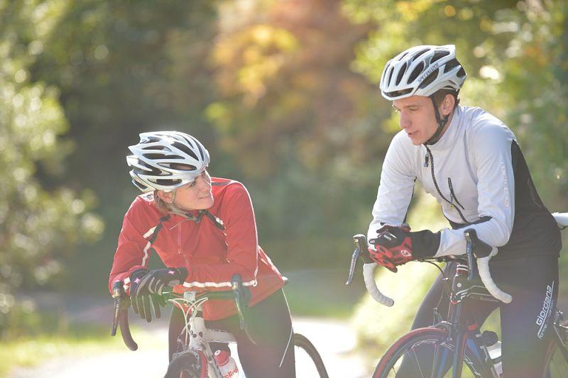 ciclista conversando nas bikes