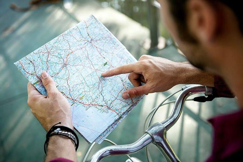 pessoa olhando mapa de estradas para ciclismo