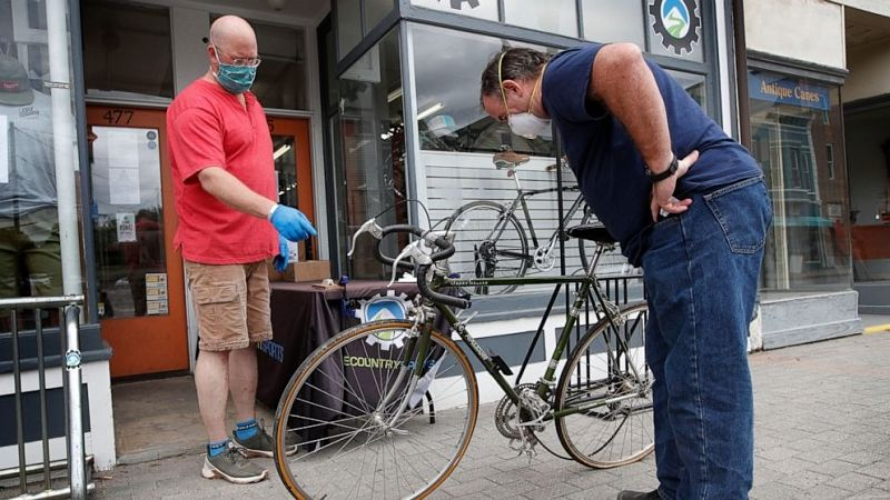 pessoas conversando sobre bicicletas
