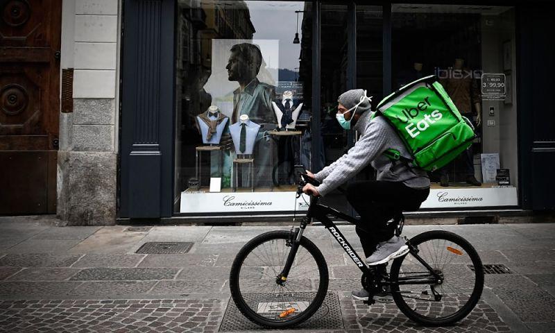 entregador uber eats de bike com máscara