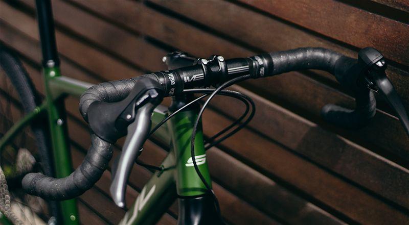 Imagem com foco em guidão de bicicleta gravel