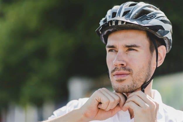 ciclista com capacete