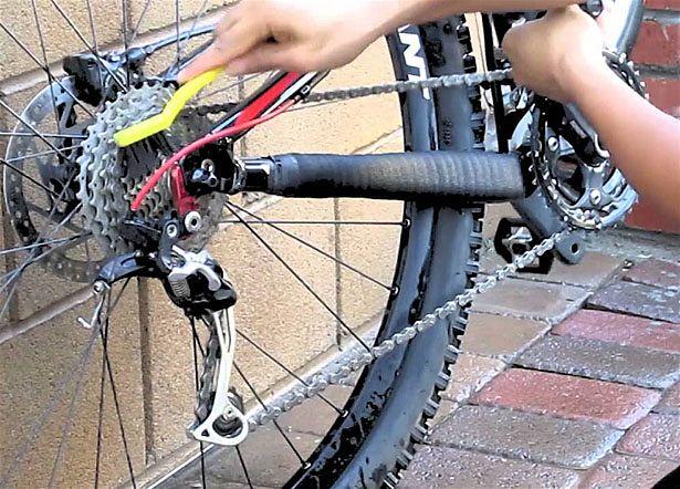 limpando corrente da bike