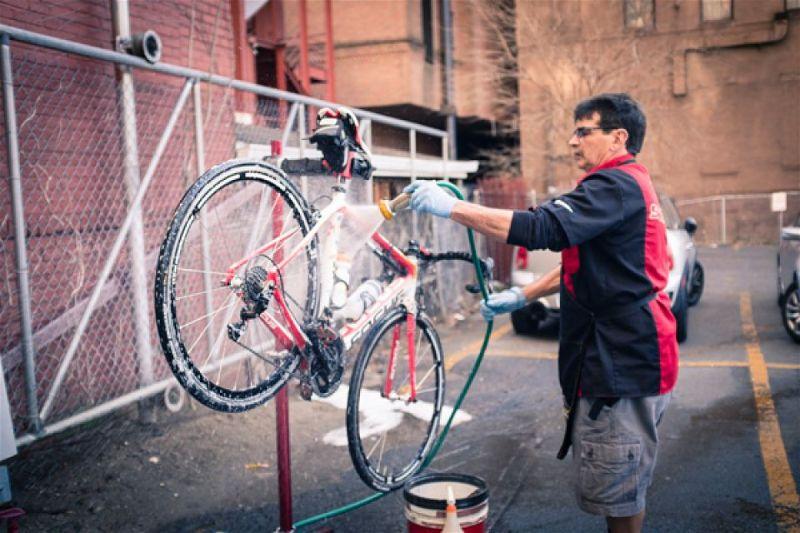 lavando bicicleta