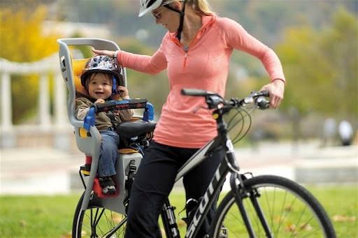 mae-carregando-filho-na-bicicleta