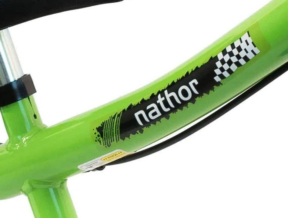 Parte de bicicleta com adesivo da marca Nathor