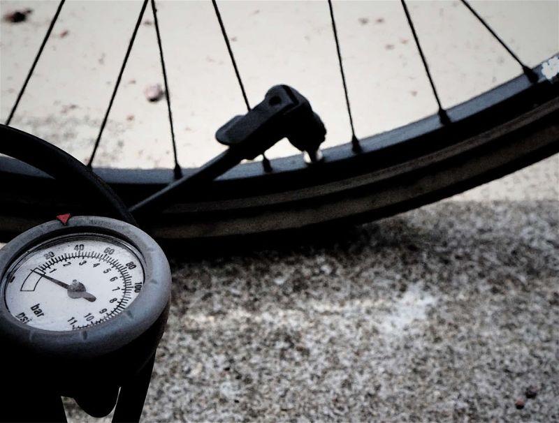 Bomba de enchimento com relógio para medir a pressão enchendo pneu da bicicleta