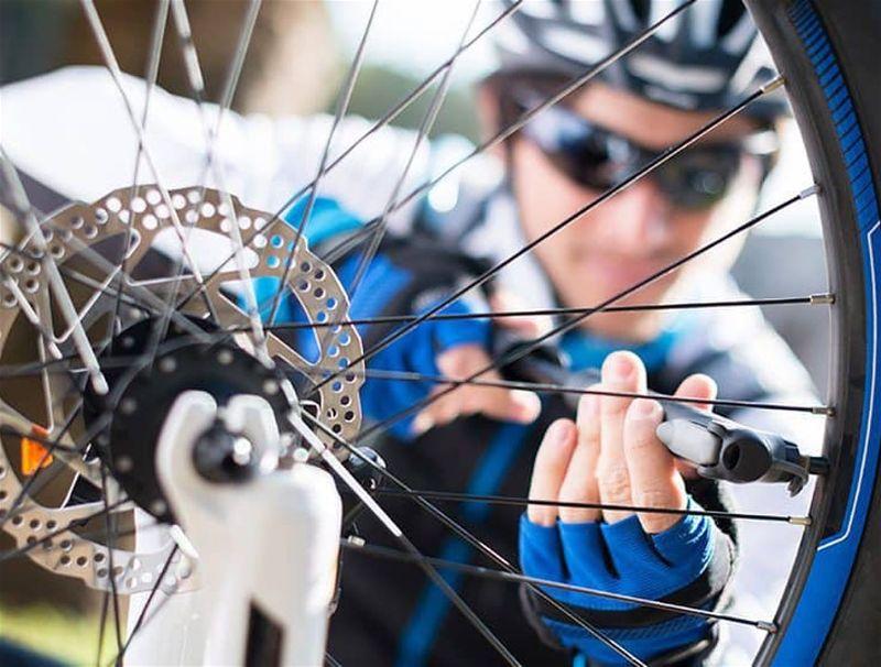 Ciclista calibram o pneu de sua bicicleta
