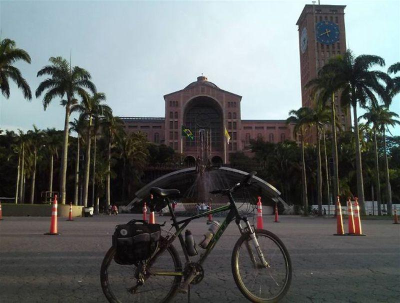 Bicicleta em frente a Basílica de Nossa Senhora Aparecida