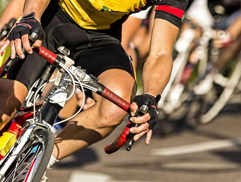 Ciclista andando em sua bicicleta, com roupas e acessórios adequados para a prática