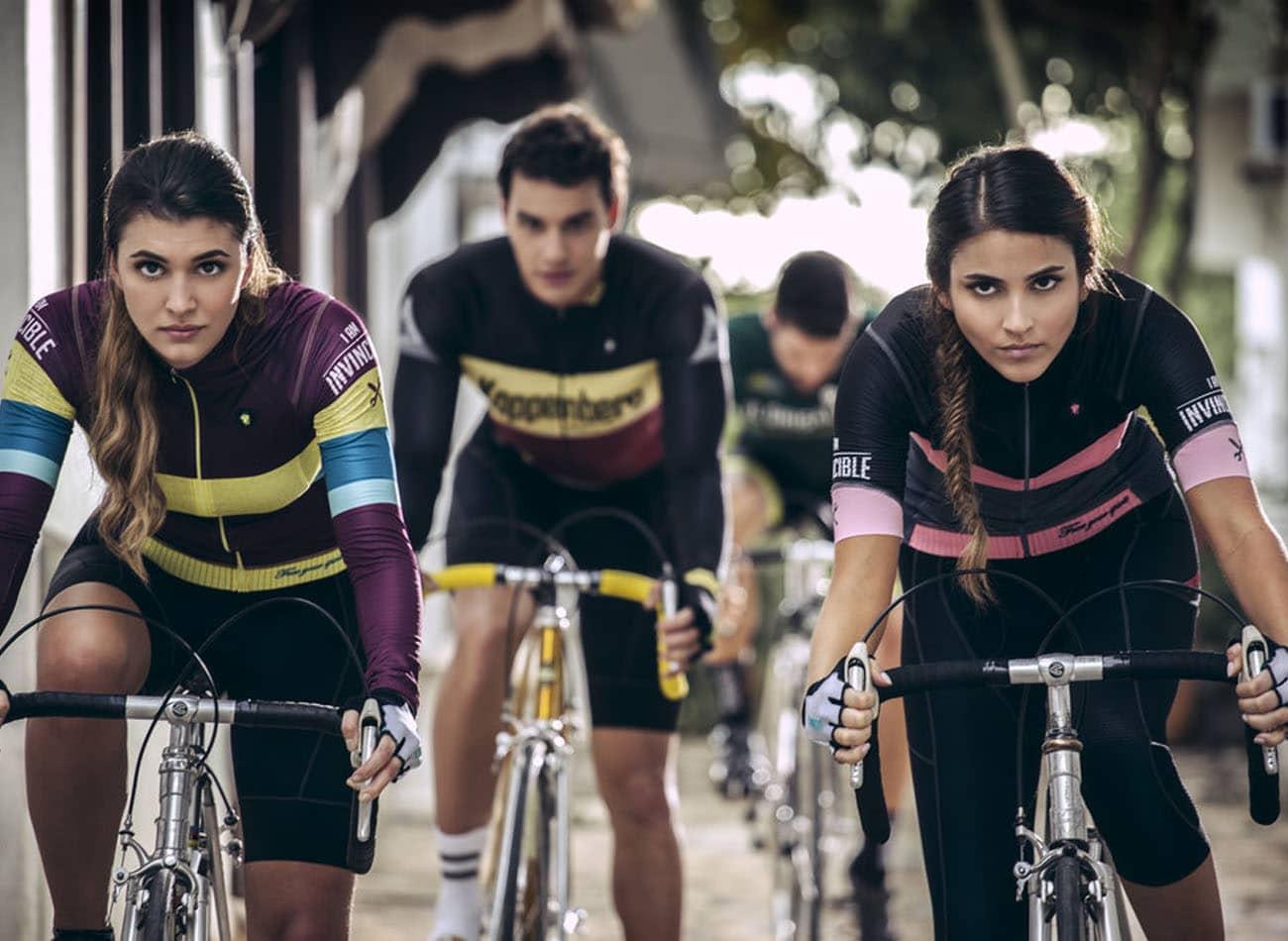 duas mulheres e um homem pedalando