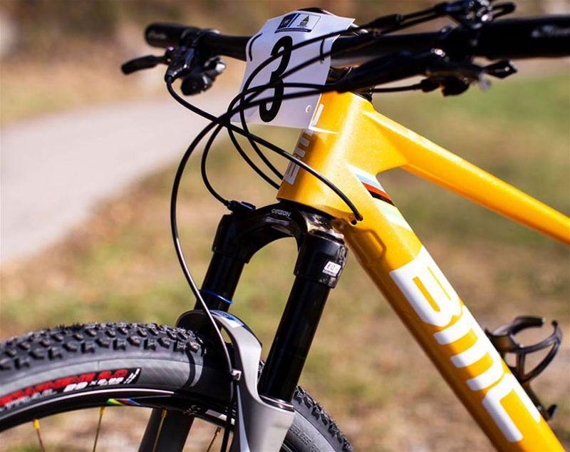 Parte frontal de bicicleta, dando destaque para suspensão