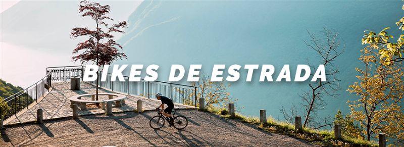 Ciclista montado em bicicleta em ambiente aberto e no alto
