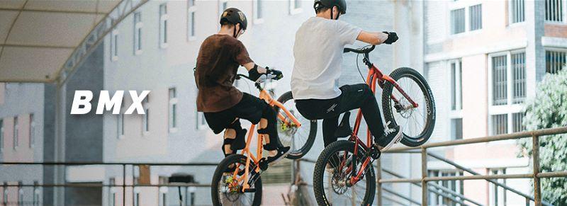 Dois jovens praticando manobras com bicicleta