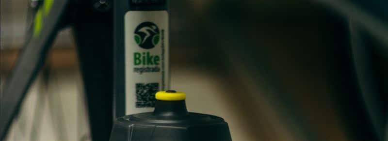 Selo bike registrada colado em bicicleta