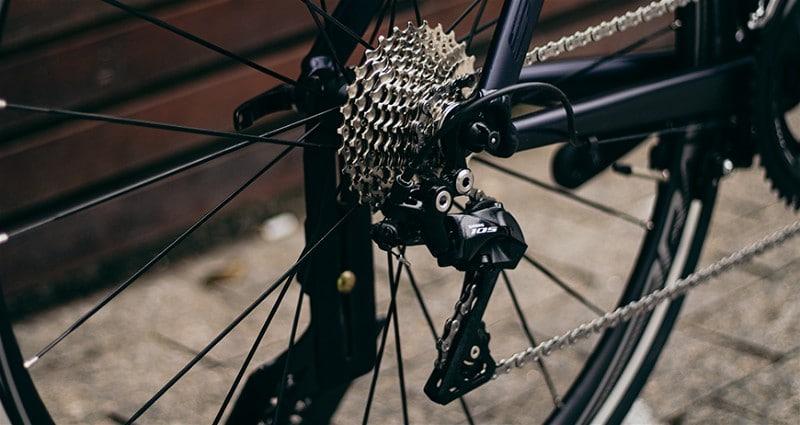 Imagem de de parte traseira de bicicleta, com foco no câmbio