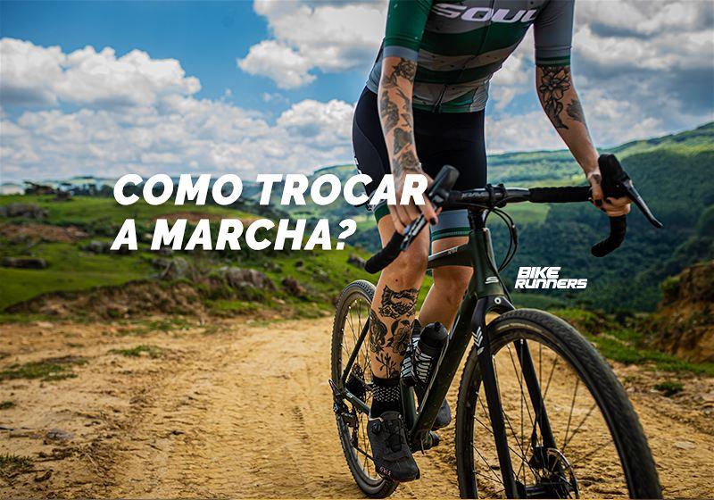 Banner com ciclista vestido com roupas adequadas para a prática de ciclismo, em pé em uma bicicleta, em estrada de terra