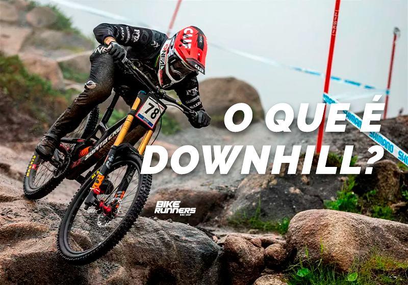 Banner com ciclista em sua bicicleta praticando downhill em local com muito obstáculo