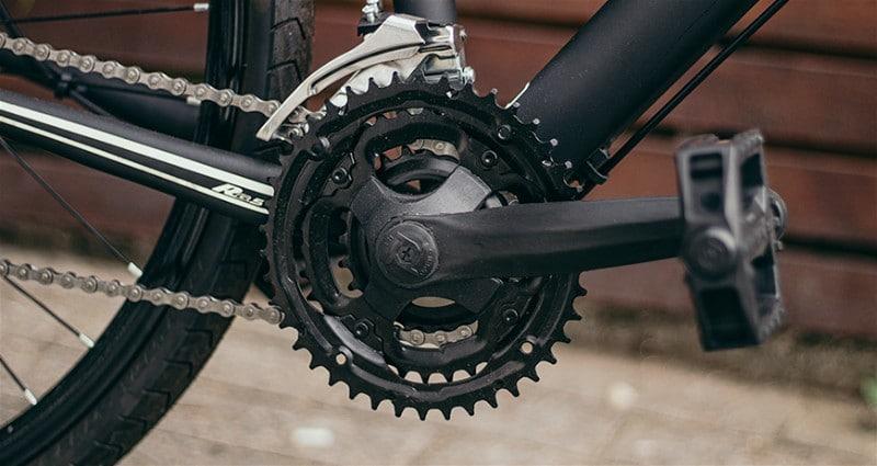 Imagem de parte inferior de bicicleta mostrando pedivela