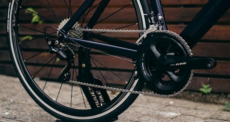 Imagem de parte traseira de bicicleta mostrando relação de marchas