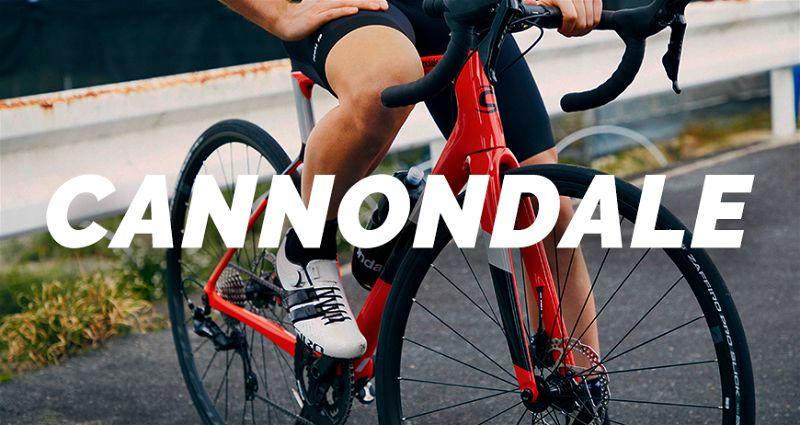 Banner com pessoa sobre bicicleta Cannondale vermelha
