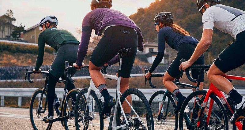 Grupo de pessoas andando de bicicleta Cannondale SuperFix Evo na estrada