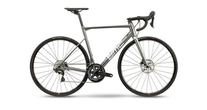 Imagem com fundo branco e ao centro bicicleta BMC na cor prata